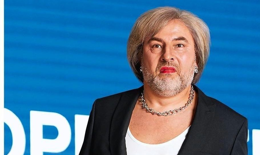 David Walliams transforms into Theresa May and copies Prime Minister's robotic dancing