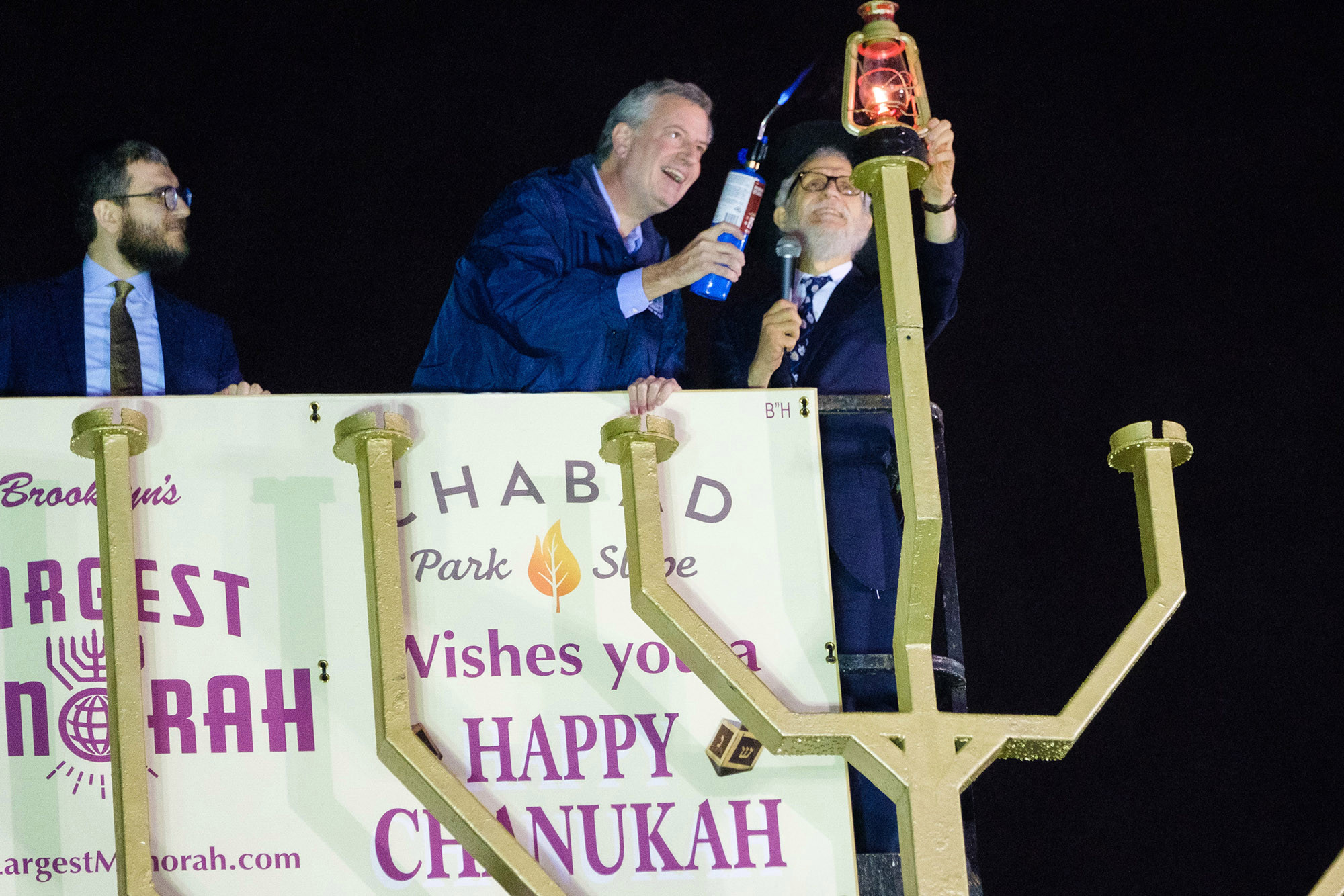 De Blasio shows up late again — this time for menorah lighting