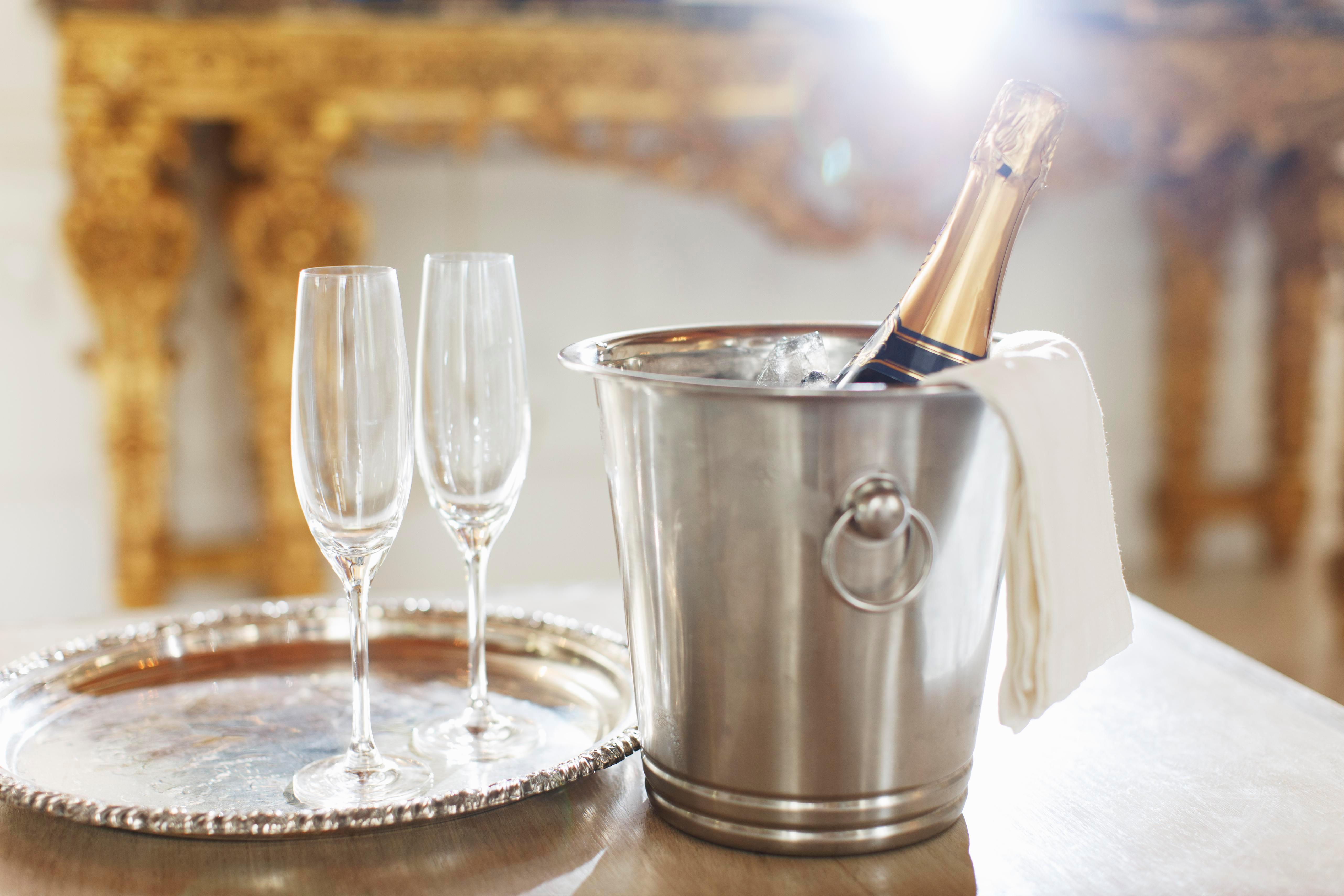 Where is the Champagne region in France, when is the grape harvest and how are the bubbles made?