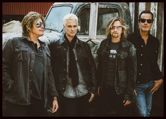 Stone Temple Pilots Play Acoustic Set In Norwood
