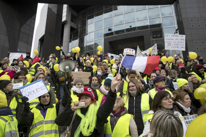 France's 'yellow vests' accused of attacking journalists covering their protests