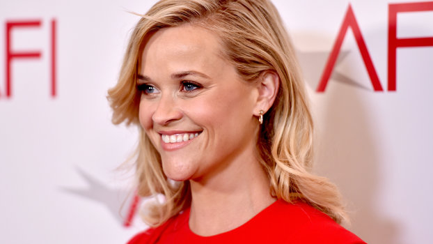 "Reese Witherspoon and Her Husband Sweetly Slow Dance to ""My Girl"" at Harlem Globetrotters Game"
