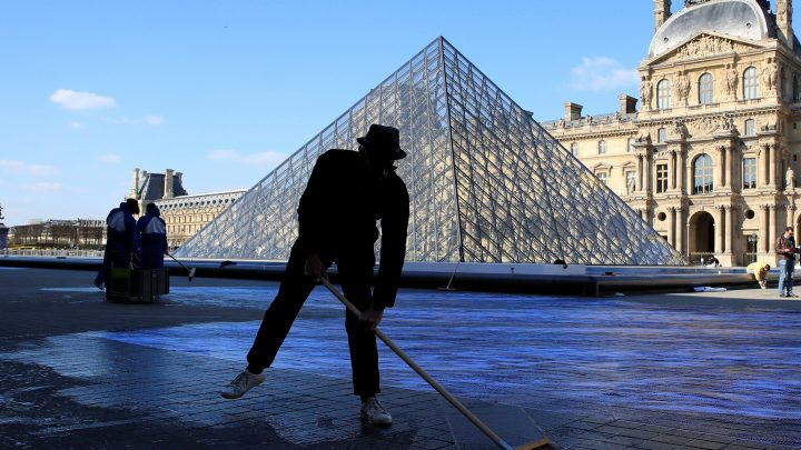 Louvre to light up for huge 30th anniversary performance