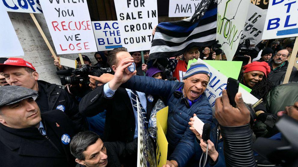 Dueling Chicago demonstrations erupt over Kimberly Foxx's handling of Jussie Smollett case