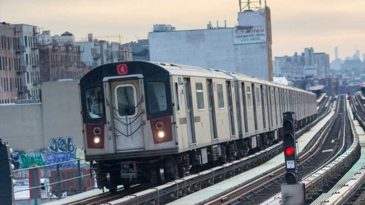 Man critically injured after leaping in front of 4 train