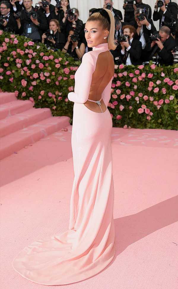 Hailey Baldwin Walks Met Gala Carpet Without Husband Justin