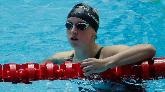 Aussies hold off U.S., Ledecky to set 4×200 WR