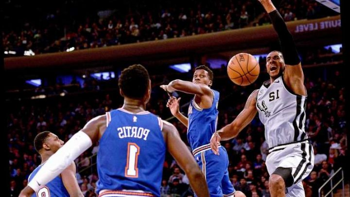 Knicks' awful loss helps Spurs snap eight-game skid