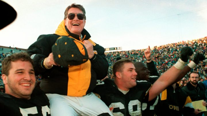 Hayden Fry, Who Made Iowa a Football Powerhouse, Dies at 90