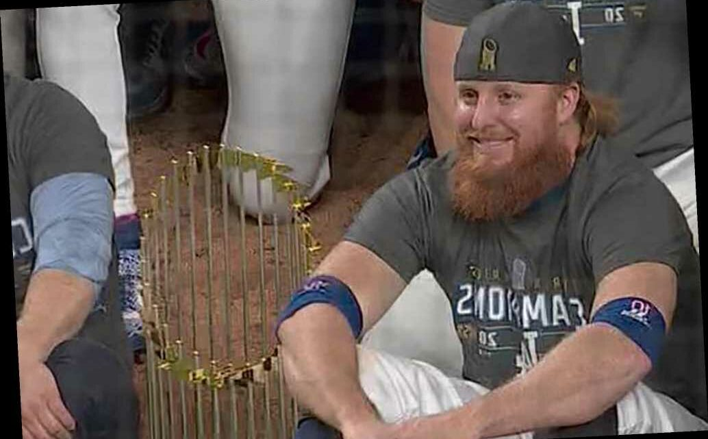 Justin Turner takes off mask in Dodgers' celebration after positive COVID-19 test