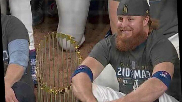 Justin Turner takes off mask in Dodgers' celebration after positive COVID-19 test