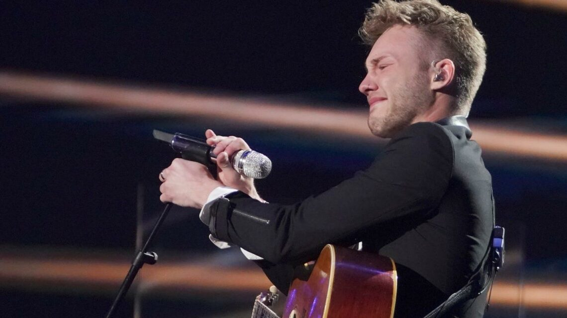 'American Idol' judge Katy Perry comforts sobbing singer who forgot lyrics: 'Perfection is an illusion'
